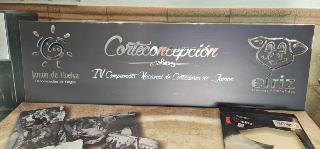 La corporación municipal visitas las instalacaciones de Jamones Eiriz.
